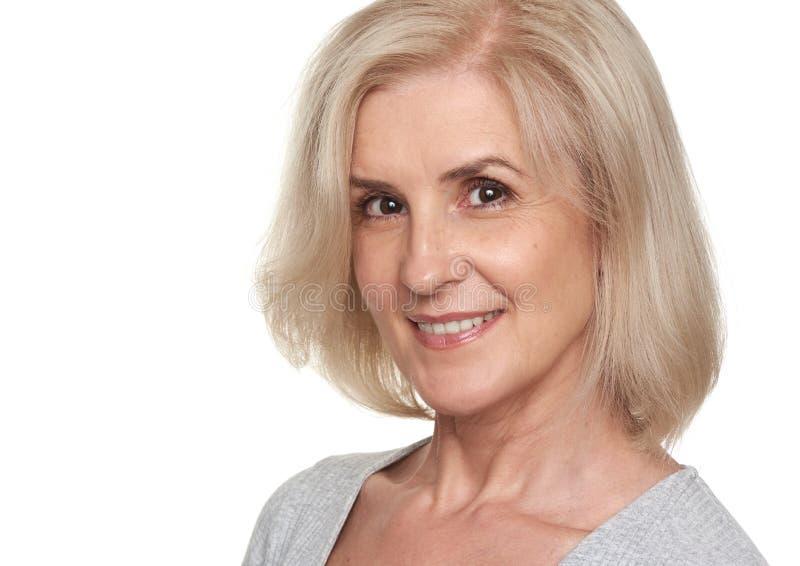 Piękna uśmiechnięta w połowie starzejąca się kobieta fotografia royalty free