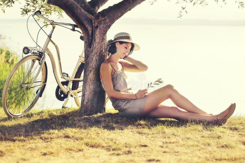 Piękna uśpiona kobieta w miłości enjoyng zmierzch fotografia stock