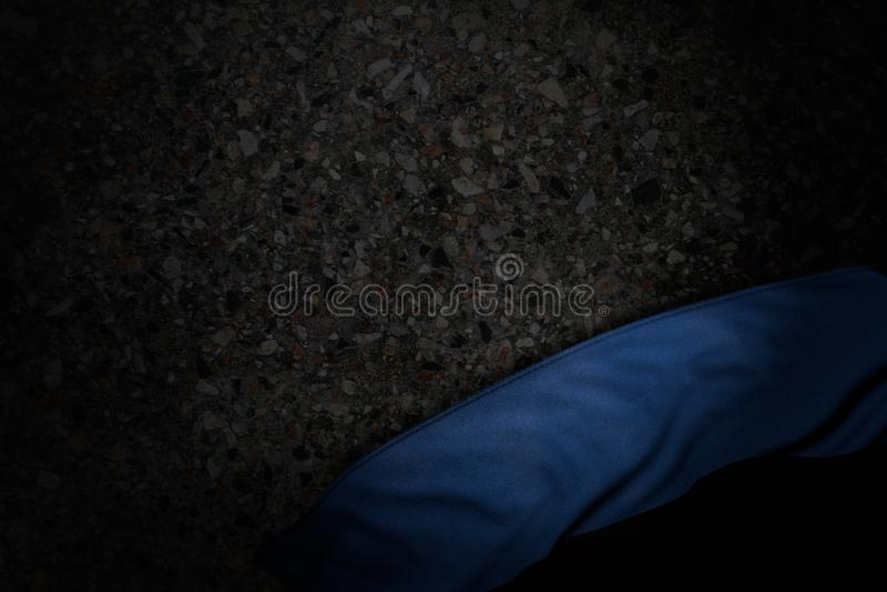 Piękna uczty flagi 3d ilustracja - ciemna fotografia Estonia flaga z ampułą składa na zmroku asfalcie z bezpłatną przestrzenią dl ilustracji