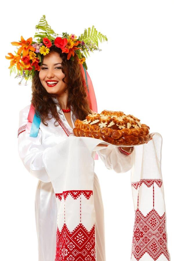 Piękna ukraińska kobieta w girlandy i miejscowego kostiumowym mieniu obrazy royalty free