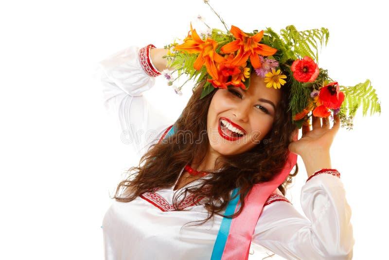 Piękna ukraińska młoda kobieta w girlandy i miejscowego kostiumu da fotografia royalty free