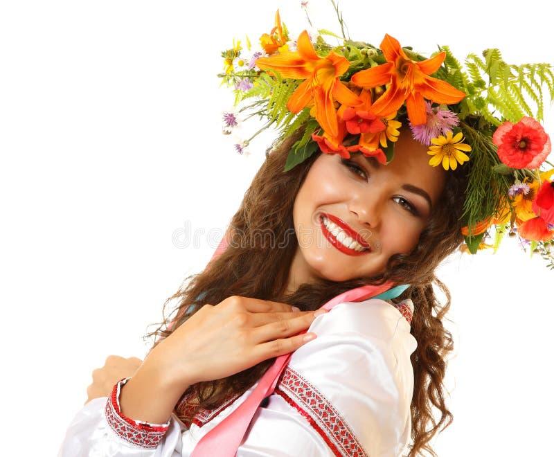 Piękna ukraińska młoda kobieta w girlandzie lato kwiaty i obraz stock