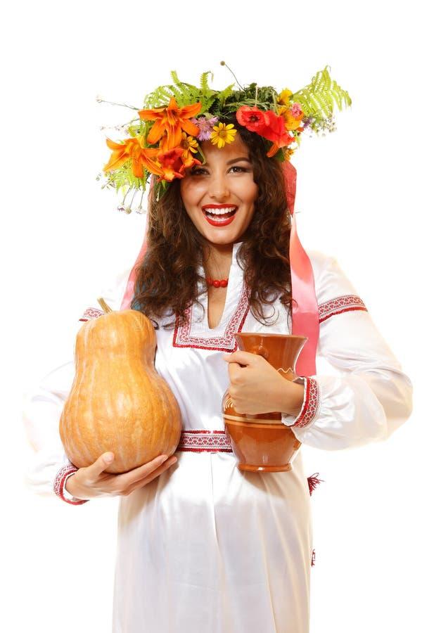 Piękna ukraińska młoda kobieta w rodzimym kostiumowym mienia earthe zdjęcia stock