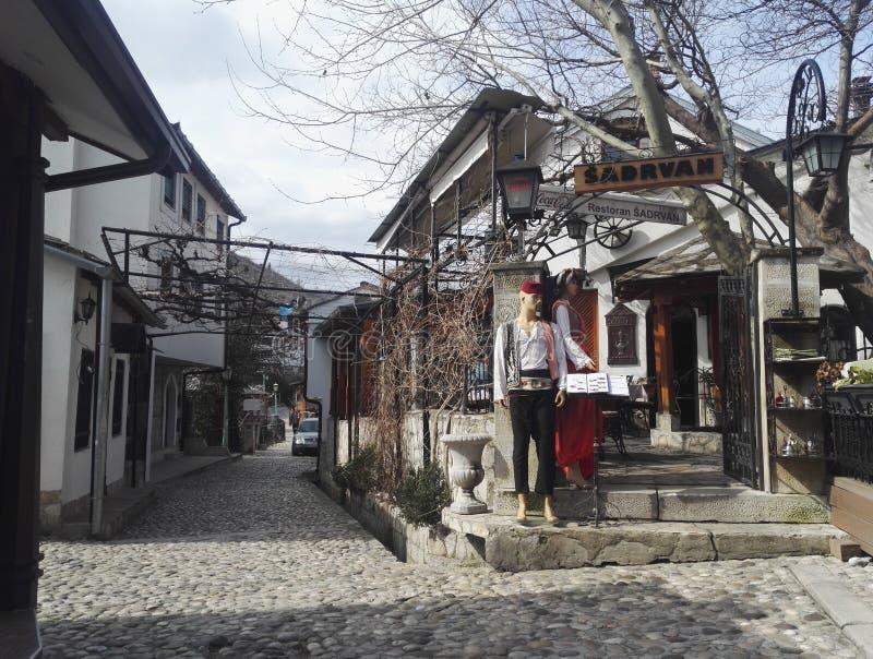 Piękna ulica Sadrvan w Mostar i restauracja zdjęcia royalty free
