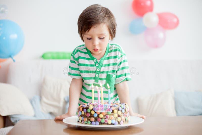 Piękna urocza cztery roczniaka chłopiec w zielonej koszula, świętuje fotografia royalty free