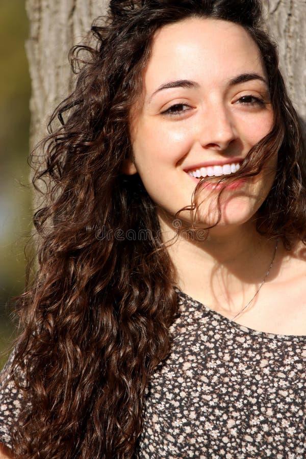 Piękna włoska uśmiechnięta dziewczyna, długie włosy styl obrazy royalty free