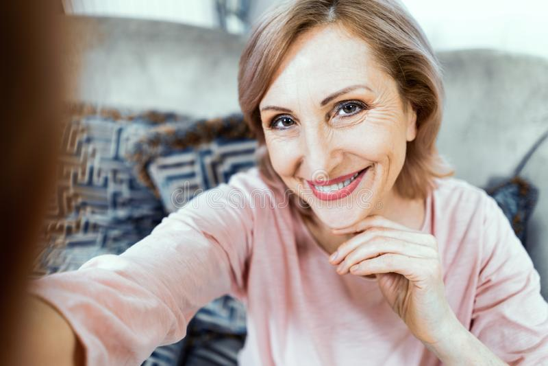 Piękna w średnim wieku kobieta w przypadkowych ubraniach robi selfie zdjęcie royalty free