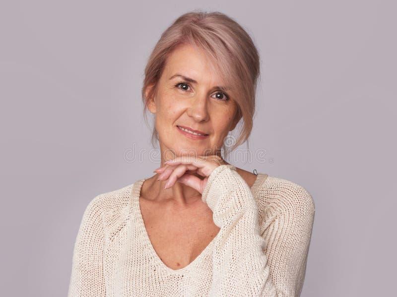 Piękna w średnim wieku kobieta z naturalnym makeup fotografia stock