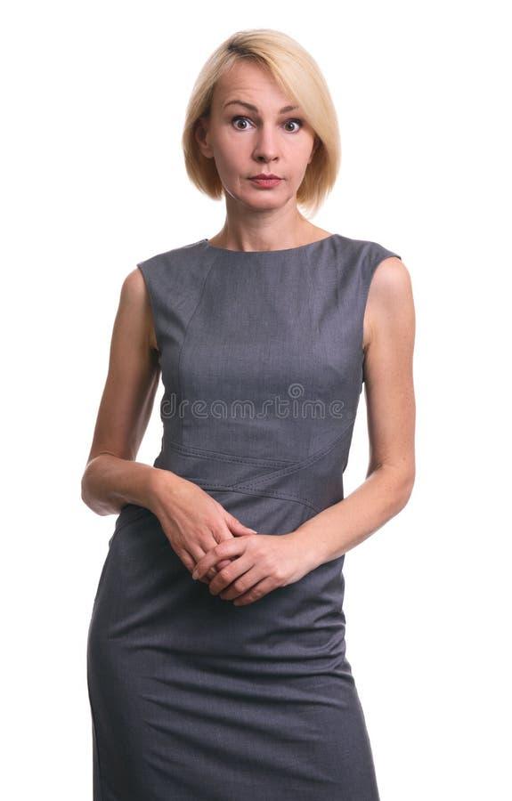 Piękna w połowie starzejąca się zdziwiona kobieta w sukni odosobniony obrazy stock