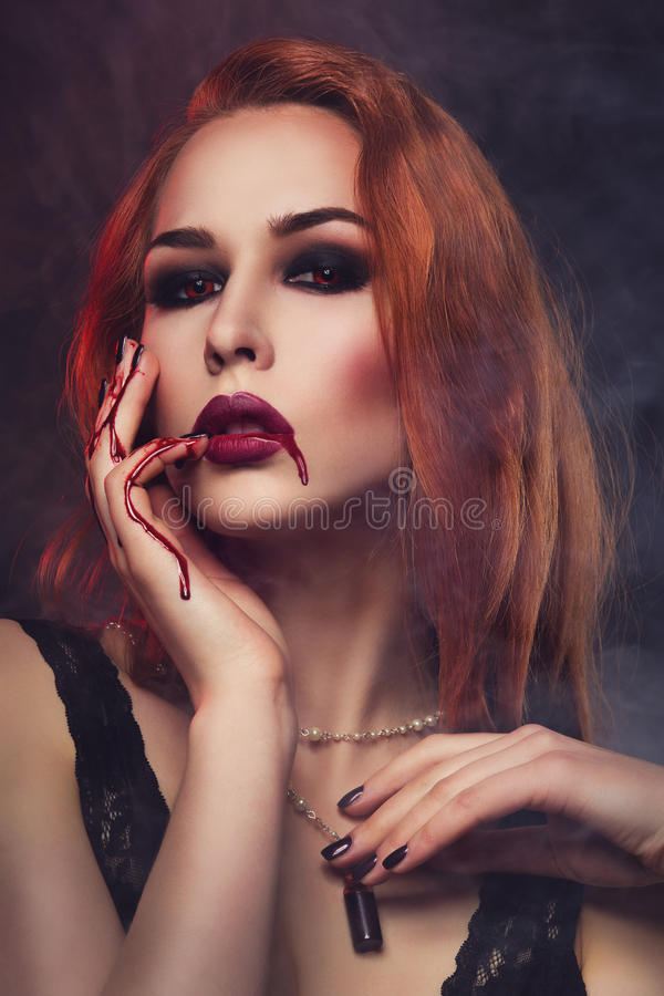 Piękna wampir młoda kobieta zdjęcia stock
