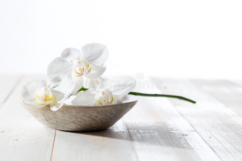 Piękna wciąż życie z białymi orchideami dla pojęcia higiena fotografia stock