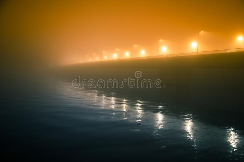 Piękna wieczór mgła nad rzeka w centrum miasta Most w mgle, jesieni sceneria Miękka część, rozmyty, mglisty spojrzenie, Kolorowy, zdjęcia royalty free