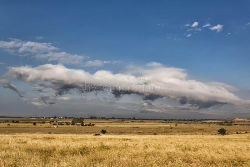 Piękna wiejska scena z, piękne białe chmury i fotografia stock