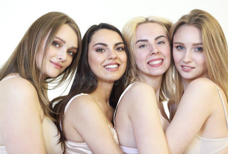 Piękna wielokulturowa młoda kobieta pozuje kamerę odizolowywającą nad bielem Cia?a positivity obrazy stock