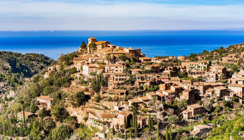 Piękna wioska Deia przy wybrzeżem Majorca wyspa, Hiszpania zdjęcia royalty free