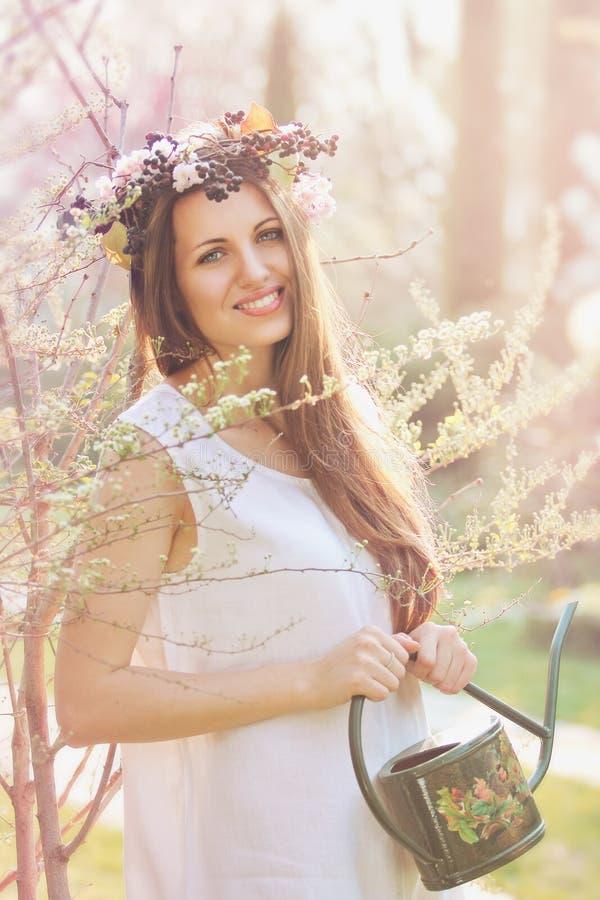 Piękna wiosny boginka z rocznika waterer fotografia stock