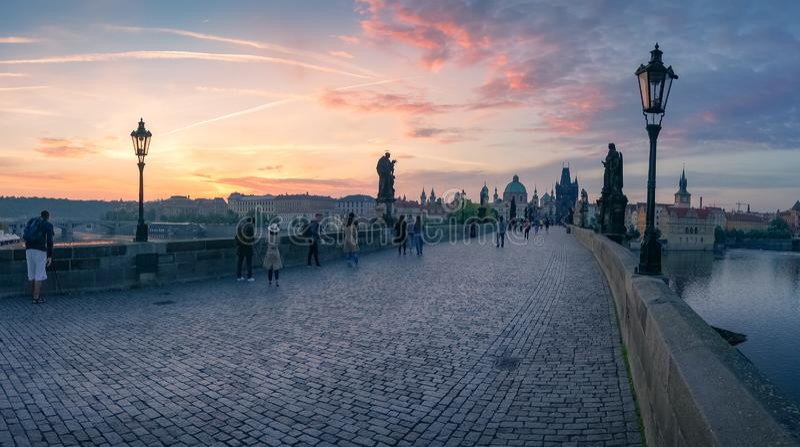Pi?kna wsch?d s?o?ca panorama z historycznym Charles mostem fotografia stock