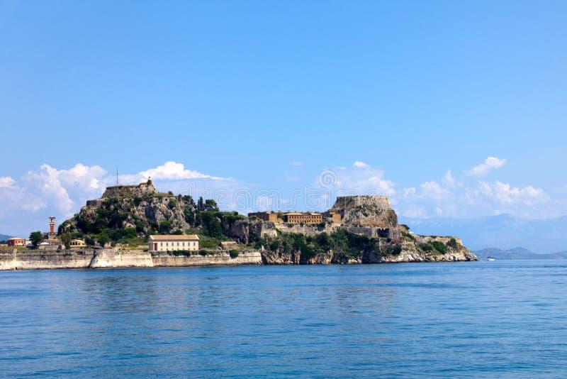 Piękna wyspa dla wjazdu miejsce przeznaczenia pomysłów Architektoniczne struktury Stoi na falezach Starzejąca się Stara skały for zdjęcia royalty free