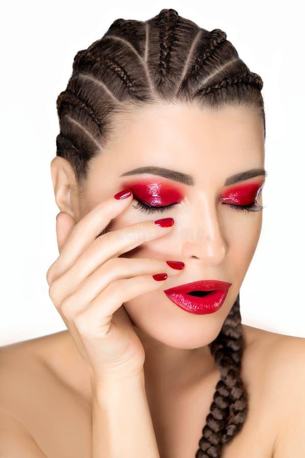 Piękna wzorcowa dziewczyna z afrykanów warkoczami i nowożytnym glansowanym czerwonym makeup obraz royalty free