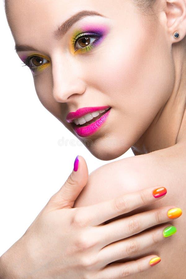 Piękna wzorcowa dziewczyna z jaskrawym barwionym makeup obrazy royalty free
