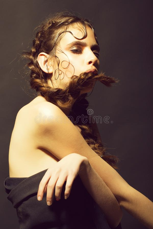 Piękna wzorcowa dziewczyna z modną fryzurą, kobieta z moda włosy obrazy stock