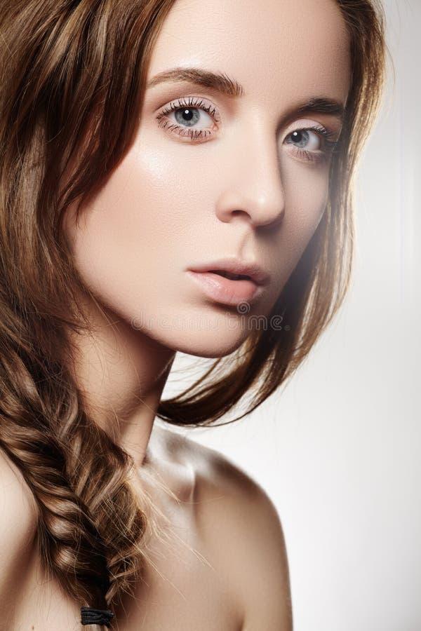 Piękna wzorcowa kobieta z mody romantyczną fryzurą, naturalny makijaż, czysta miękka skóra zdjęcia stock