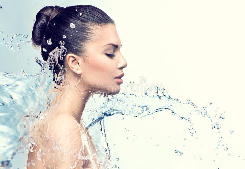 Piękna wzorcowa kobieta z pluśnięciami woda fotografia stock
