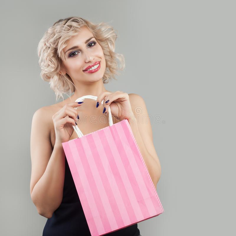 PiÄ™kna wzorcowa kobiety mienia torba na zakupy zdjęcia royalty free