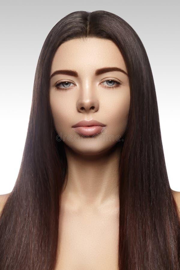 Piękna Yong kobieta z długim prostym brown włosy Seksowny moda model z gładką glosy fryzurą zdjęcia royalty free