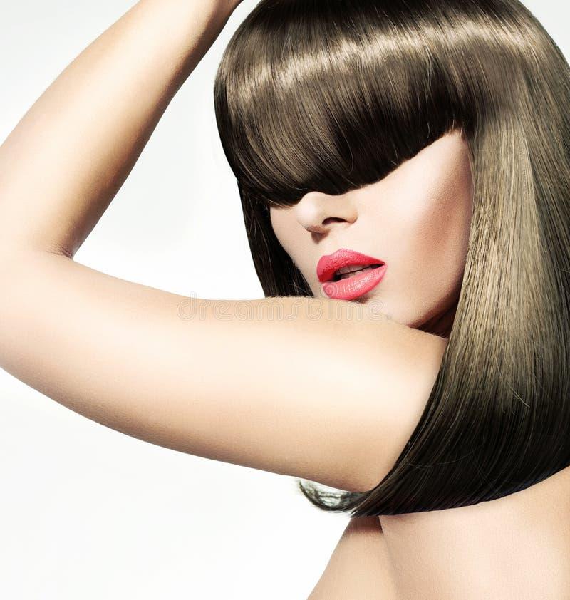 Piękna ypung kobieta z sumiastą fryzurą obraz stock