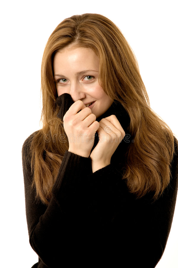 piękna z tyłu jej ukrywa sweter uśmiechnięta kobieta zdjęcie royalty free
