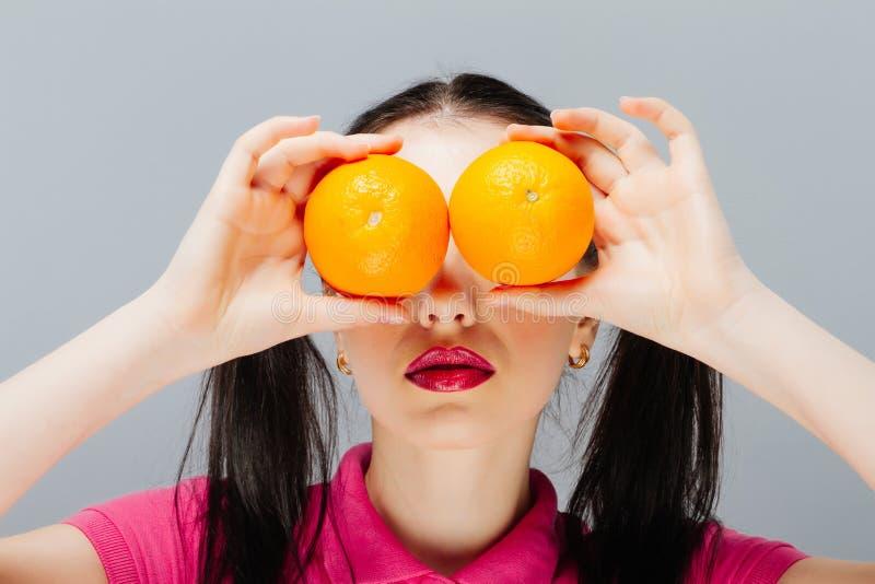 Piękna zakończenie młoda kobieta z pomarańczami pojęcia zdrowe jedzenie Skóry piękno i opieka Witaminy i kopaliny greaser obraz stock