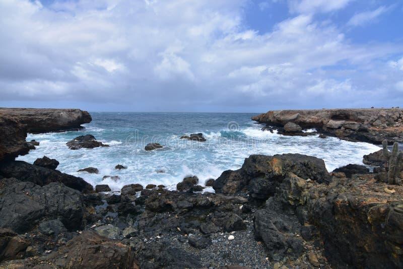 Piękna zatoczka na Aruba ` s Wschodniej linii brzegowej z lawy skałą obrazy stock