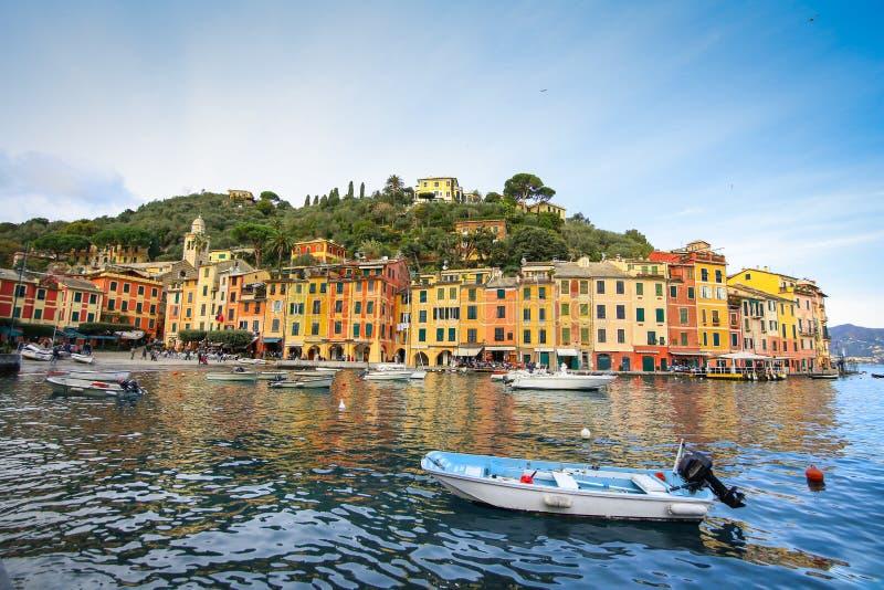 Piękna zatoka z kolorowymi domami w Portofino obrazy royalty free