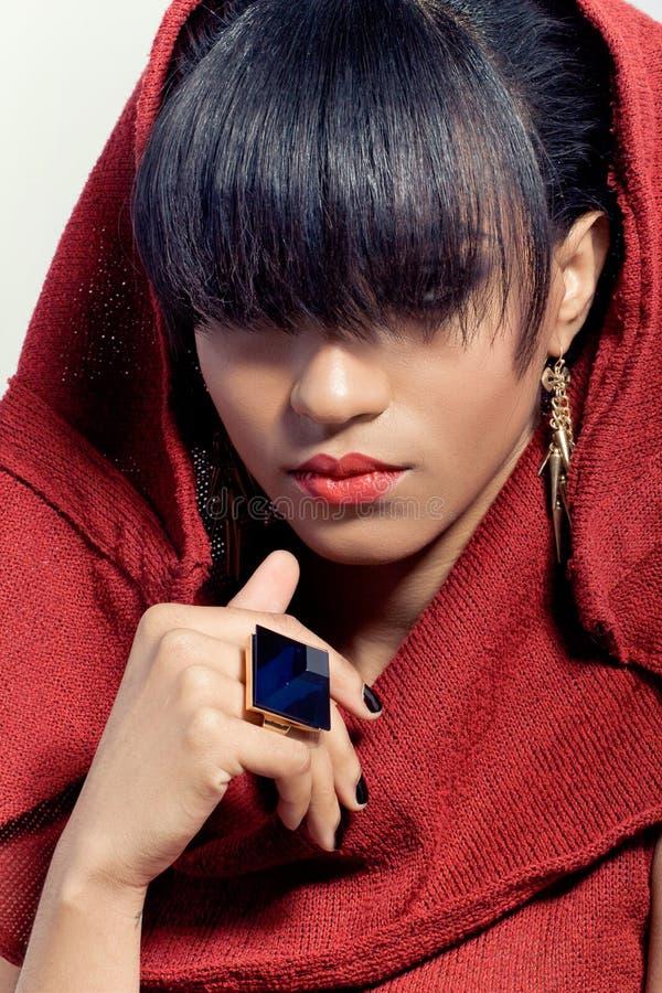 piękna zbliżenia kapiszonu portreta czerwieni kobieta zdjęcie royalty free