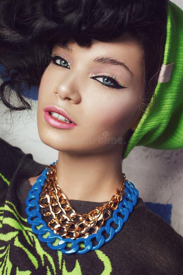 Piękna zbliżenia portret brunetki dziewczyna w zielonym kapeluszu zdjęcie royalty free