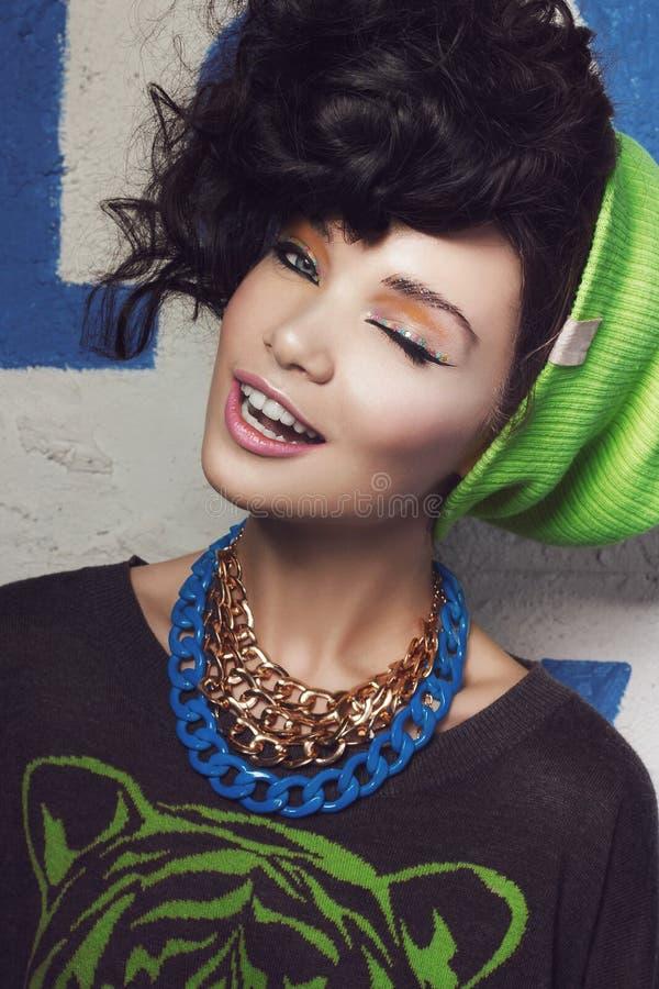 Piękna zbliżenia portret brunetki dziewczyna w zielonym kapeluszu fotografia stock