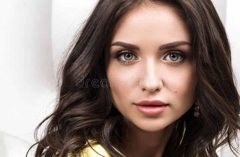Piękna zbliżenia portret Młoda piękna brunetka z długie włosy obraz royalty free