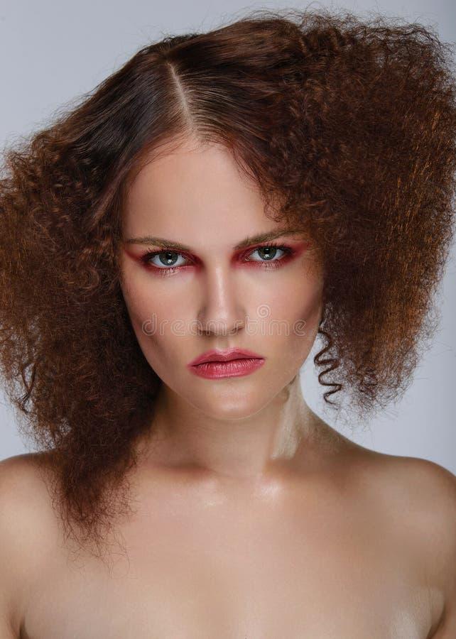 Piękna zbliżenia portret młoda caucasian dziewczyna kobieta na kamery obraz stock