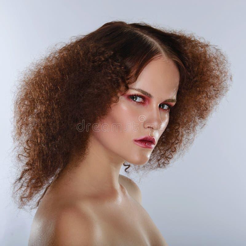 Piękna zbliżenia portret młoda caucasian dziewczyna kobieta na kamery obrazy royalty free
