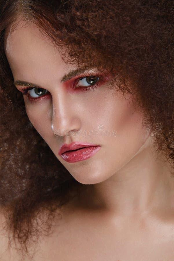 Piękna zbliżenia portret młoda caucasian dziewczyna kobieta na kamery zdjęcia royalty free