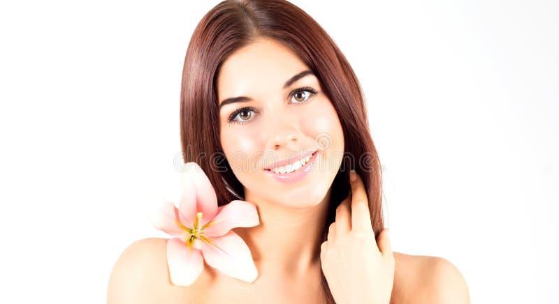 Piękna zdrój kobieta dotyka jej włosy Kobieta z menchiami kwitnie ono uśmiecha się z białymi zębami Kobieta z świeżą i jasną skór obrazy stock
