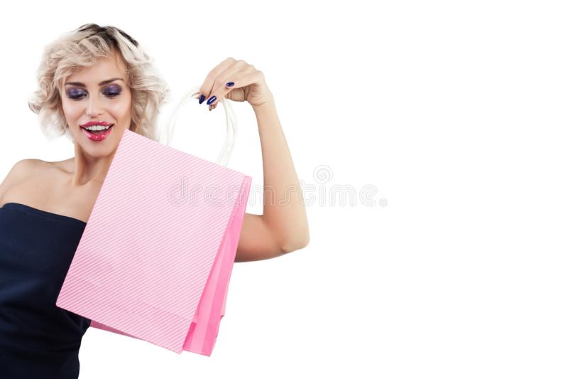 Piękna zdziwiona kobieta z torba na zakupy portretem na bielu obrazy royalty free