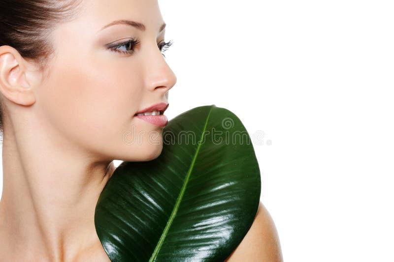 piękna zielona liść portreta kobieta obraz royalty free