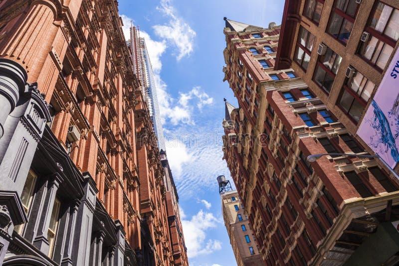 Piękna Zielona ulica w Manhattan z starymi domami, Nowy Jork zdjęcia stock