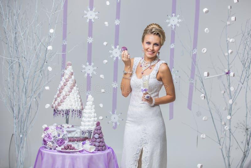 Piękna zimy panna młoda z ślubnym tortem zdjęcia royalty free