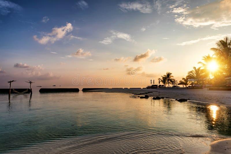 Piękna zmierzch plaży scena na tropikalnych Maldives obrazy stock