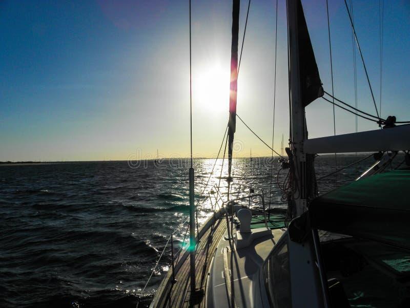 Piękna zmierzch synklina łódź Nad morzem fotografia royalty free