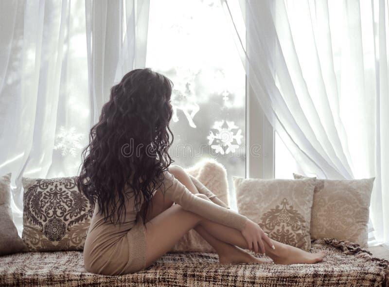 Piękna zmysłowa brunetki kobieta z długi zdrowy włosiany być ubranym obraz royalty free