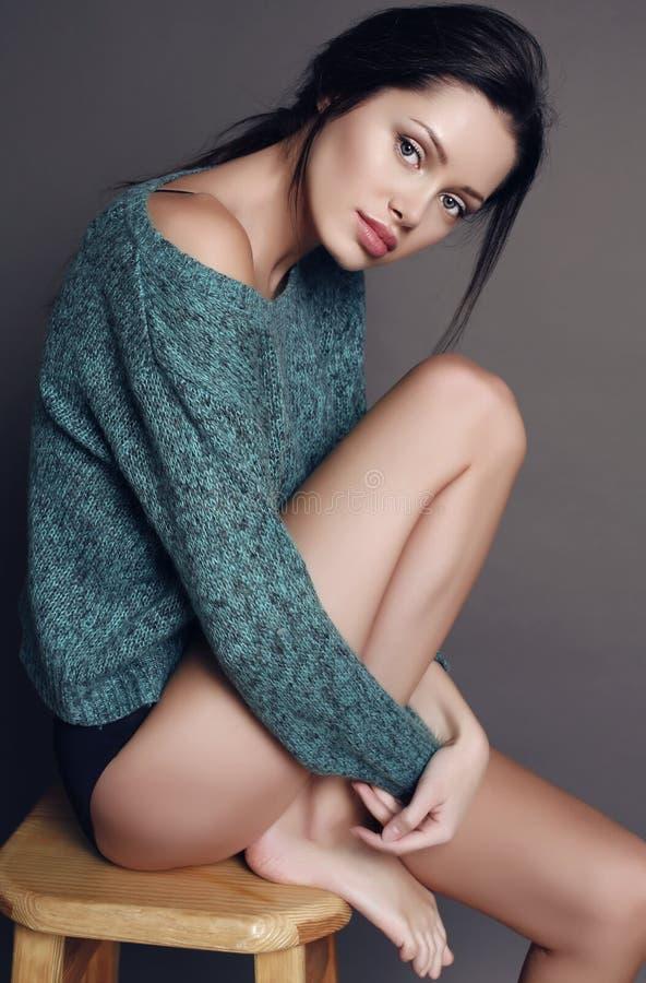 Piękna zmysłowa kobieta z ciemnym włosy i zdrową jarzeniową skórą fotografia stock